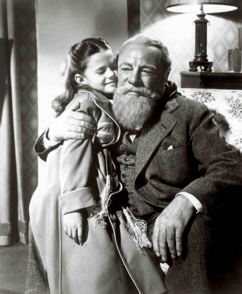 25. Криса Крингла – неведомо для циничных взрослых, настоящий Санта Клаус – нанимают для того, чтобы сыграть самого себя в торговом центре «Macy's» в Нью-Йорке. Его веселое настроение и волшебство вскоре меняют всех вокруг, включая маленькую девочку (Натали Вуд) и ее уставшую от жизни маму в фильме 1947 года «Волшебство на 34-ой улице». (20th Century Fox)