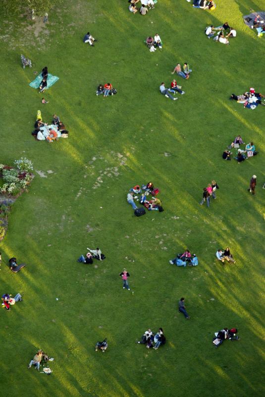 24) Люди отдыхают на поле 27 сентября 2009 года. Снимок сделан с Эйфелевой башни в Париже. Эйфелева башня – железный шедевр архитектуры 19 века, который находится на Марсовом поле в Париже, и который стал как символом Франции, так и одним из самых знаменитых зданий в мире. (UPI/Mohammad Kheirkhah)