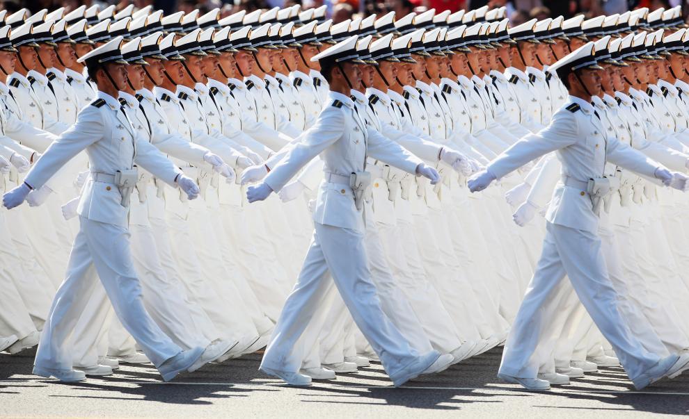 25) Моряки маршируют во время военного парада в честь празднования 60-летия основания республики. (Feng Li/Getty Images News/ fotobank.ua / 1 октября 2009/ Китай, Пекин)