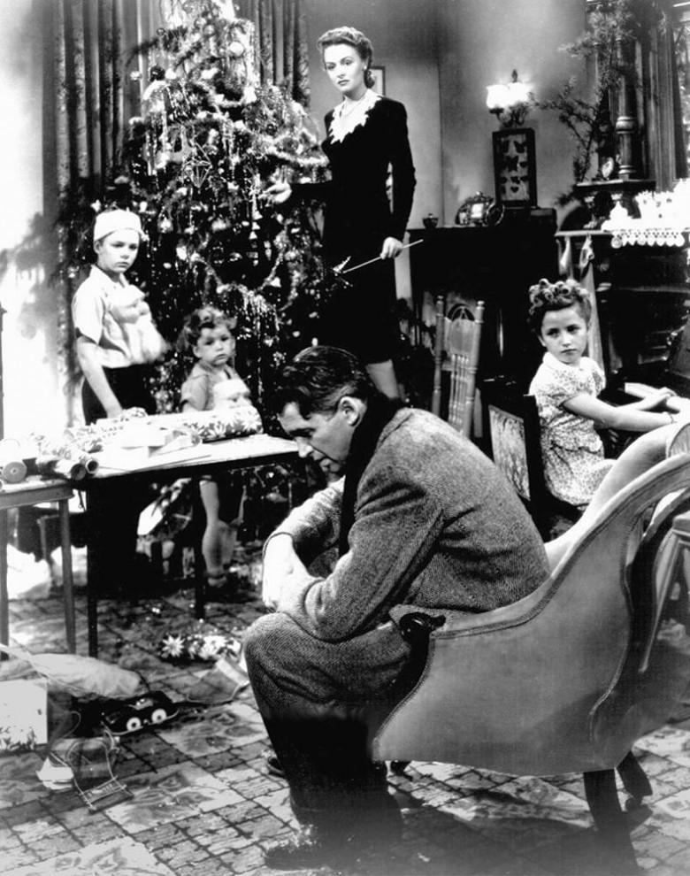 26. В фильме 1946 года «Эта замечательная жизнь» Джордж Бэйли (Джеймс Стюарт) – обычный человек из маленького городка,  который решает покончить с собой, пока ему не является ангел-спаситель и не показывает, какой была бы жизнь в городе Бедфорд Фоллс, если бы его никогда не существовало. (Liberty Films)
