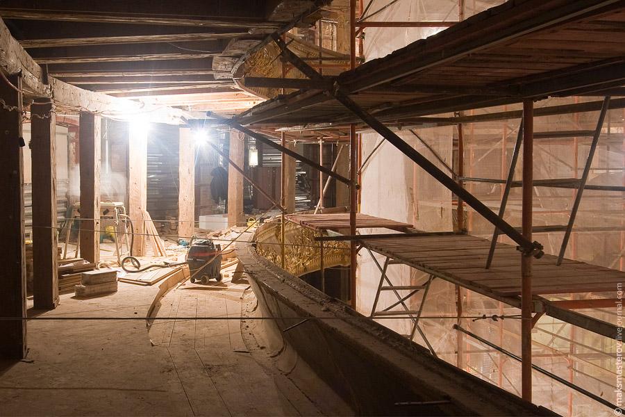 27) Большая часть сохранившихся деталей сделана из дерева - вот, например, борта болкона