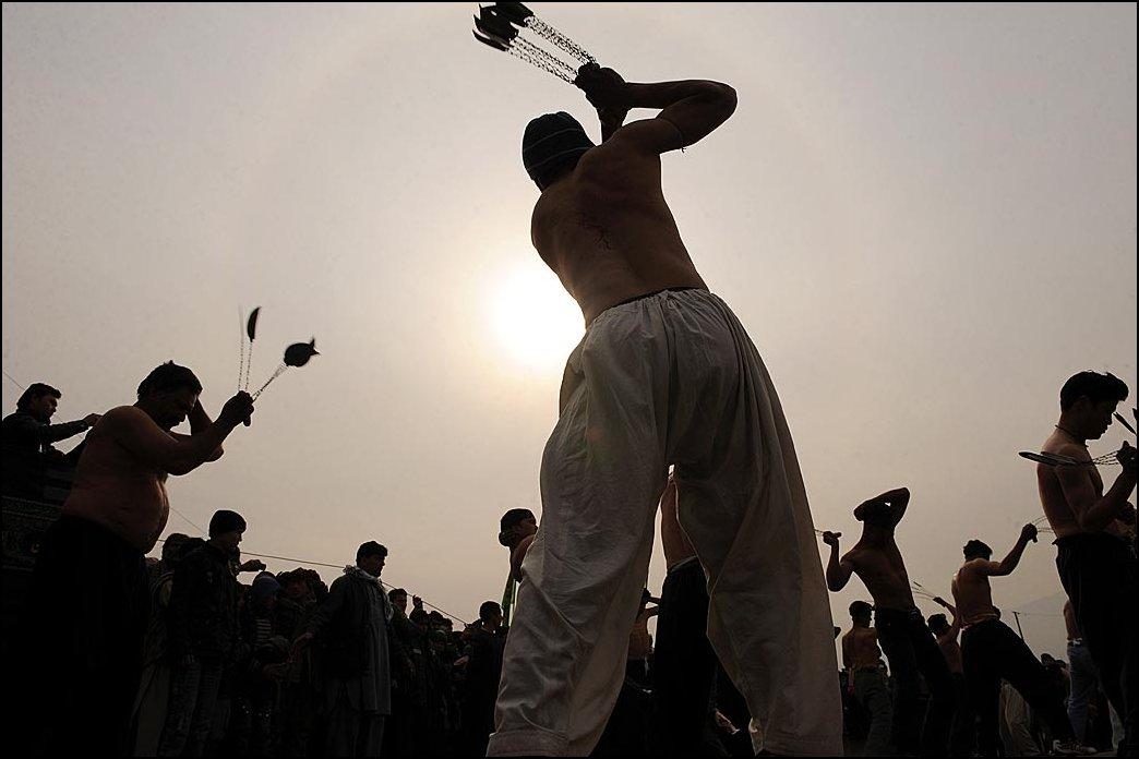 27) © Shah Marai, AFP / Getty Images // Мечами и цепями.