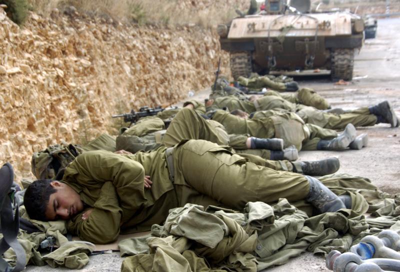 25) Израильские солдаты спят у танка рядом с Израильско-Ливанской границей 8 августа 2006 года. (UPI Photo/Debbie Hill)