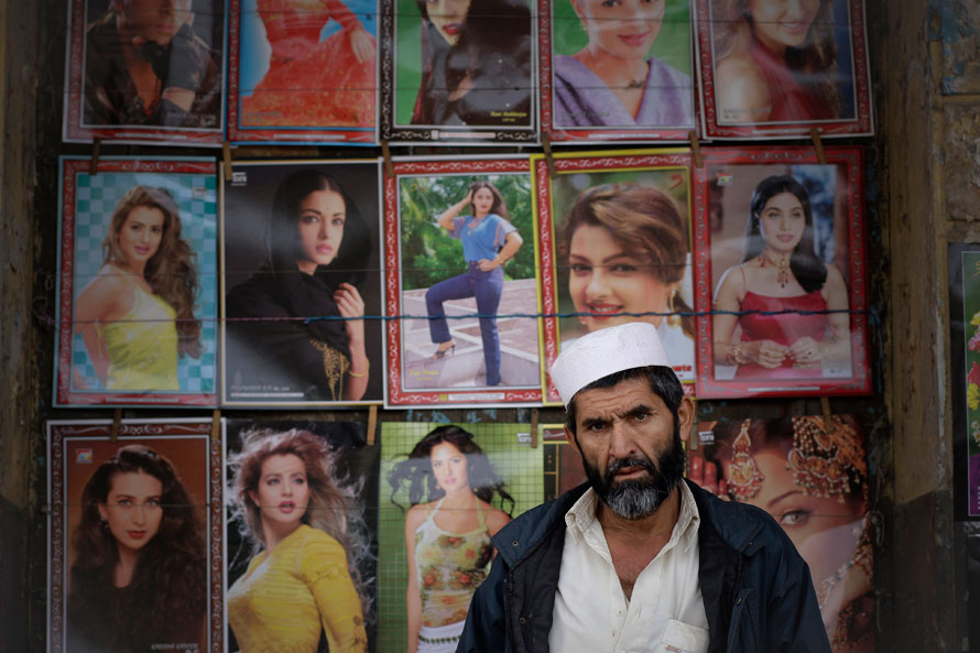 24) Пакистанский торговец плакатами ждет покупателей в старом городе Равалпинди, Пакистан. (AP Photo/Vincent Thian)
