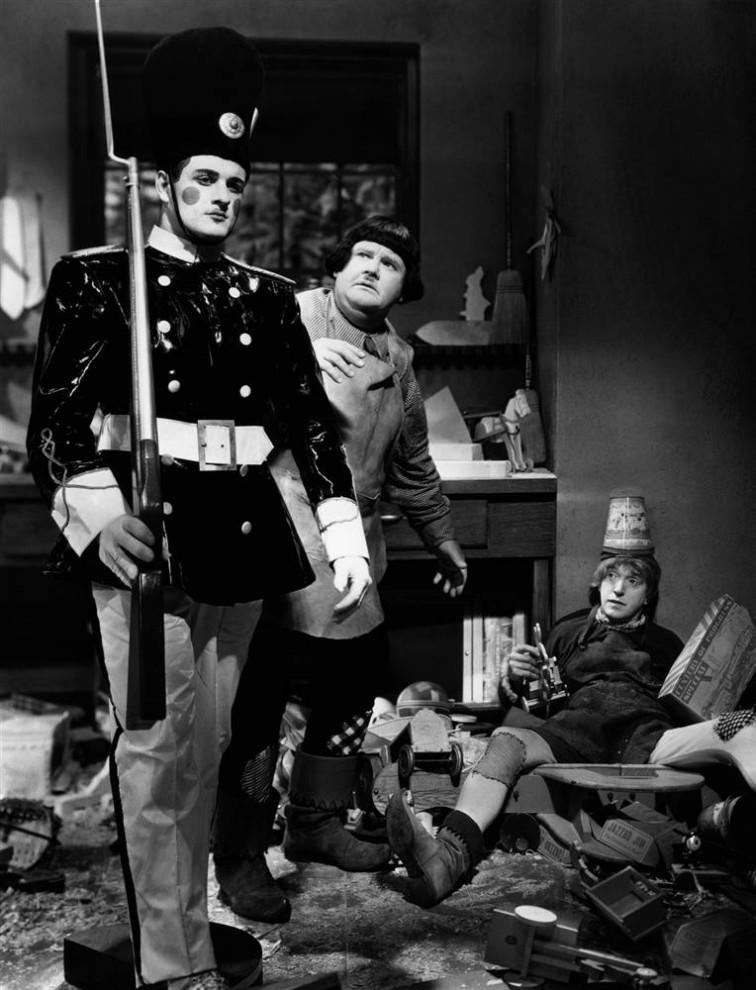 27. Оливер Харди (в центре) и Стэн Лорел (справа) сыграли в фильме 1934 года «Малыши в стране игрушек» Олли Ди и Стэнли Дама, которые пытаются занять денег у своего босса – производителя игрушек, чтобы выплатить кредит. (Everett Collection)
