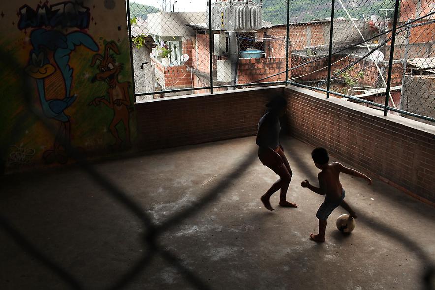 29. Дети играю в футбол в недавно «зачищенном» бедном районе Санта Марта – старейшим в Рио-де-Жайнейро – 3 декабря 2009 года. (Photo by Spencer Platt/Getty Images)