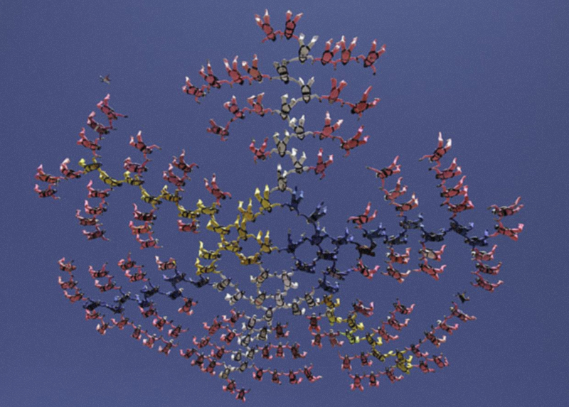 2) 181 женщин-парашютисток из 31 страны объединились, чтобы установить новый рекорд по женским прыжкам с парашютом в Перрис (Perris), Калифорния. (AP)