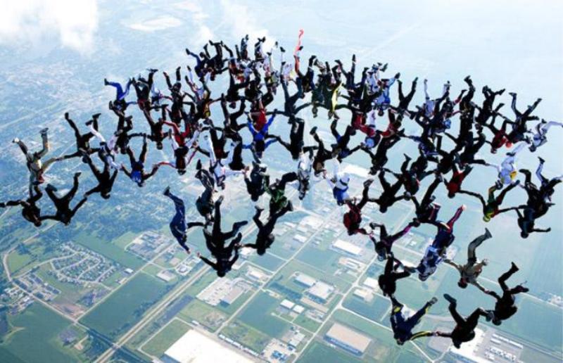 3) Команда парашютистов установила мировой рекорд по самой большой численности людей, которые собрались вместе в свободном падении головами вниз. 108 соединений одновременно образовалось при падении со скоростью 290 км/ч над Иллинойсом. (BARCROFT MEDIA)
