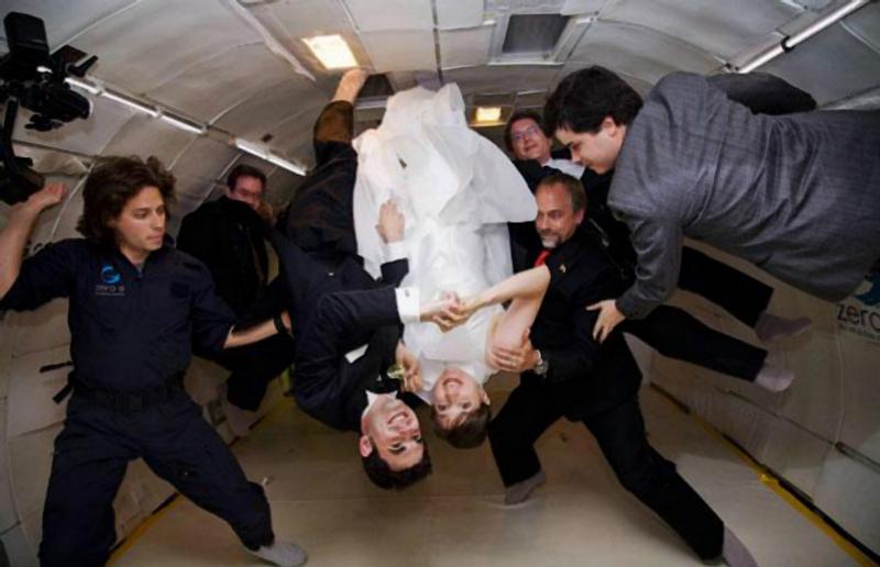 28) Эрин Финнеган (Erin Finnegan) и Ной Фулмор (Noah Fulmor) поженились в невесомости над Флоридой. Космический турист Ричард Гэрриот (Richard Garriott) вел церемонию, и невеста обнаружила, что она может съесть всё что она хочет, и остаться невесомой. (WENN)