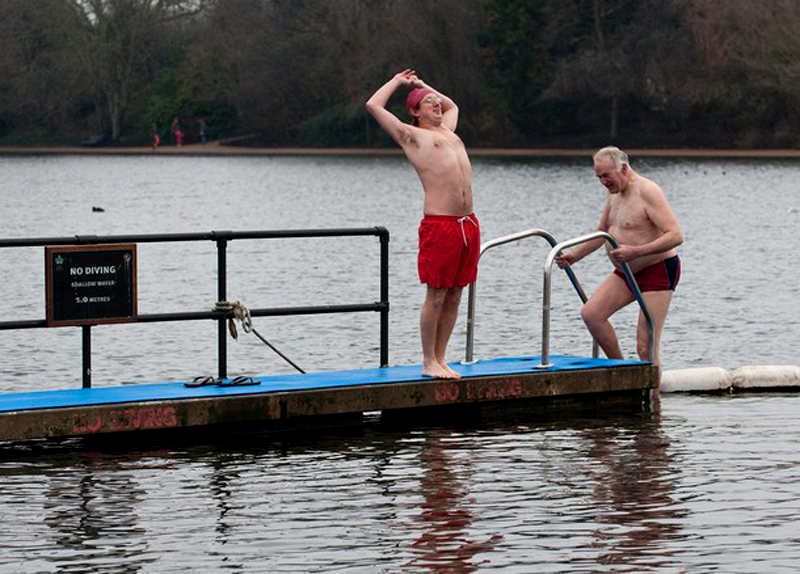 8) Члены клуба готовятся искупаться в холодной воде. (Marco Secchi/Getty Images)