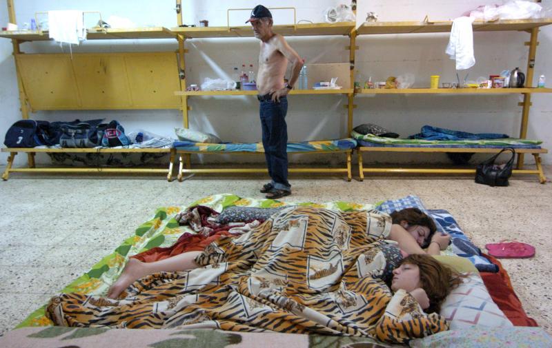 30) Израильтяне спят в бомбоубежище во время атаки на Кирьят-Шмона в северном Израиле 7 августа 2006 года. (UPI Photo/Debbie Hill)