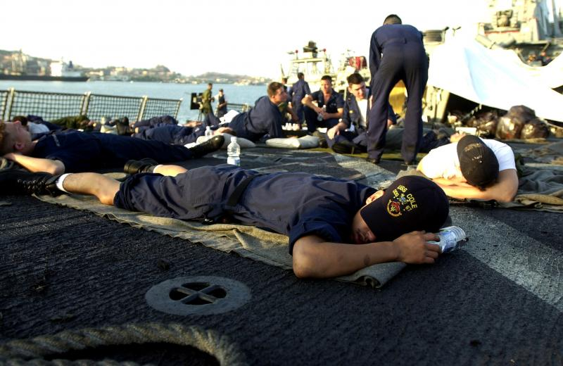 31) Моряки авианосца «USS Cole» отдыхают на вертолете после теракта 12 октября 2000 года в порту Аден, Йемен. (rw/US Navy/ Jim Watson. UPI)