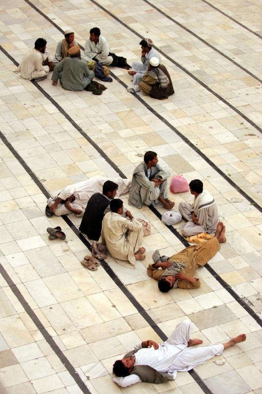 32) Люди отдыхают в мечети в Кабуле 15 сентября 2009 года. (UPI/Mohammad Kheirkhah)