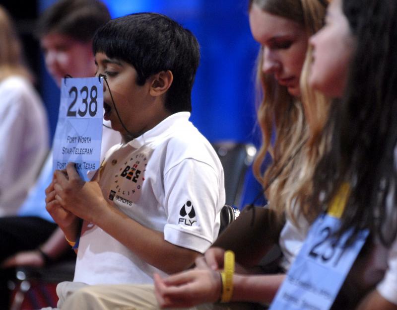 33) 12-летний семиклассник Самир Судхир Пател из Форт Ворт Техас пытается скрыть зевоту в ожидании своей очереди на Национальном конкурсе по правописанию в Вашингтоне 1 июня 2006 года. (UPI Photo/Kevin Dietsch)