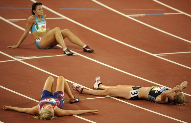 34) Ребекка Варделл (справа) из Новой Зеландии, Ида Маркуссен из Норвегии (слева) и Юлия Тарасова из Узбекистана (вдали) выдохлись после 800-метровки на Национальном стадионе 16 августа 2008 года на Летних Олимпийских играх в Пекине. (UPI Photo/Mike Theiler)