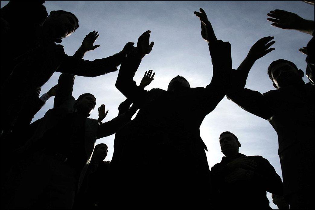 37) © ASIF HASSAN/AFP/Getty Images // Шествие шиитов перед взрывом бомбы в Карачи.