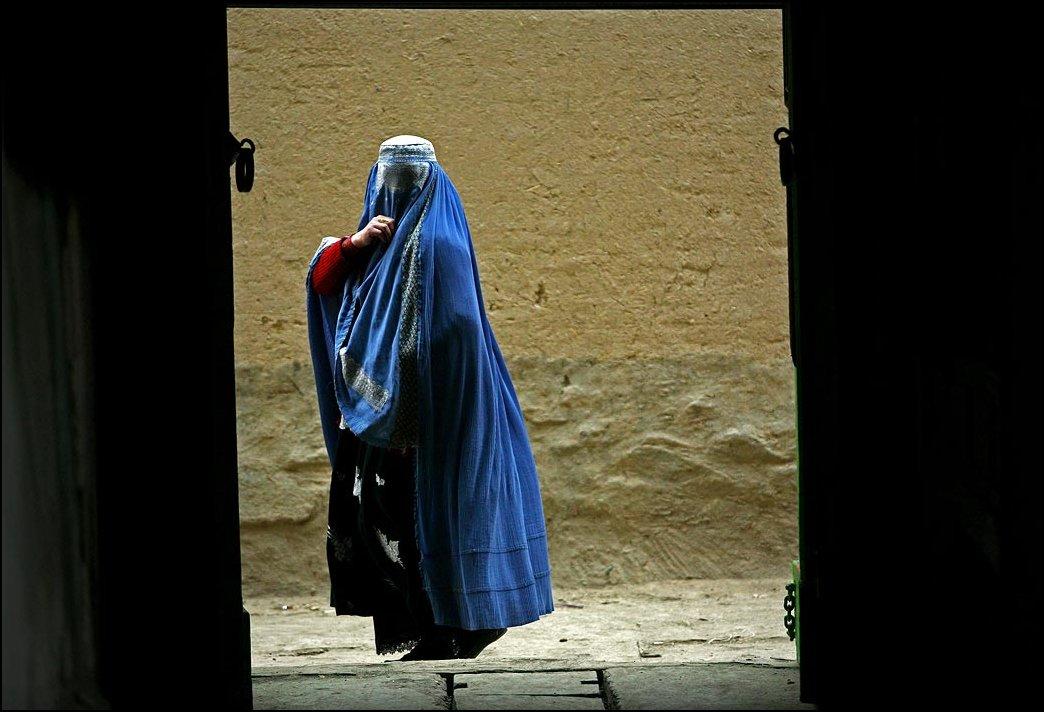 38) © Majid Saeedi / Getty Images / / Berdoa wanita Afghan.