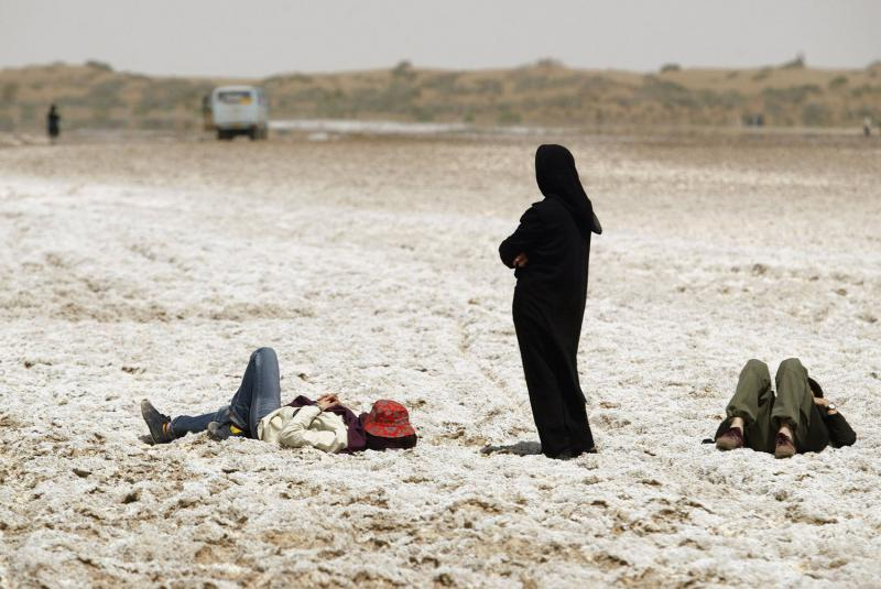 36) Иранцы отдыхают на Соленом озере недалеко от поселков Аран и Бидгол рядом с караван-сараем Маранджаб в провинции Исфахан в 30 км к юго-востоку от Тегерана 11 апреля 2008 года. (UPI Photo/Mohammad Kheirkhah)