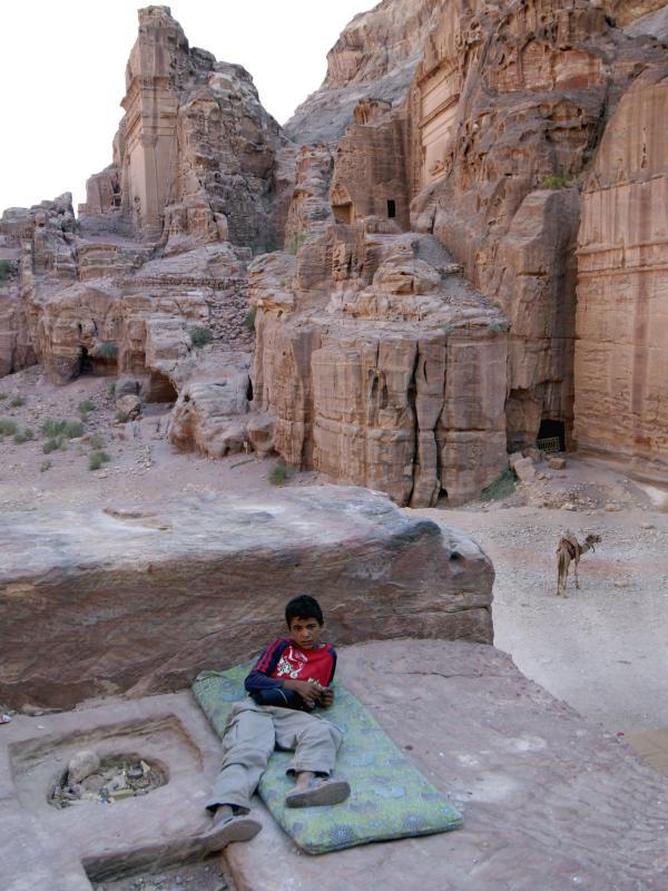 37) Мальчик-бедуин отдыхает на холме в Петра, Иордания, 6 августа 2007 года. Петра – останки города, вырезанного из скалы в южной Иордании набатинскими арабами. Его посчитали вторым в новом списке Семи чудес света 7 июля 2007 года. Более миллиона голосов из 200 стран было собрано в он-лайн голосовании за это место. (UPI Photo/ Debbie Hill)