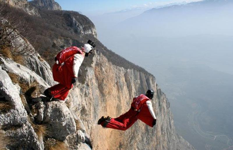 4) Супруги Хизер и Гленн Синглмэн (Heather and Glenn Singleman) совершили прыжок с вершины горы Бренто (Brento) в Италии, в крылатых костюмах, которые позволяют им летать в воздухе. (James Boole / BARCROFT MEDIA LTD)