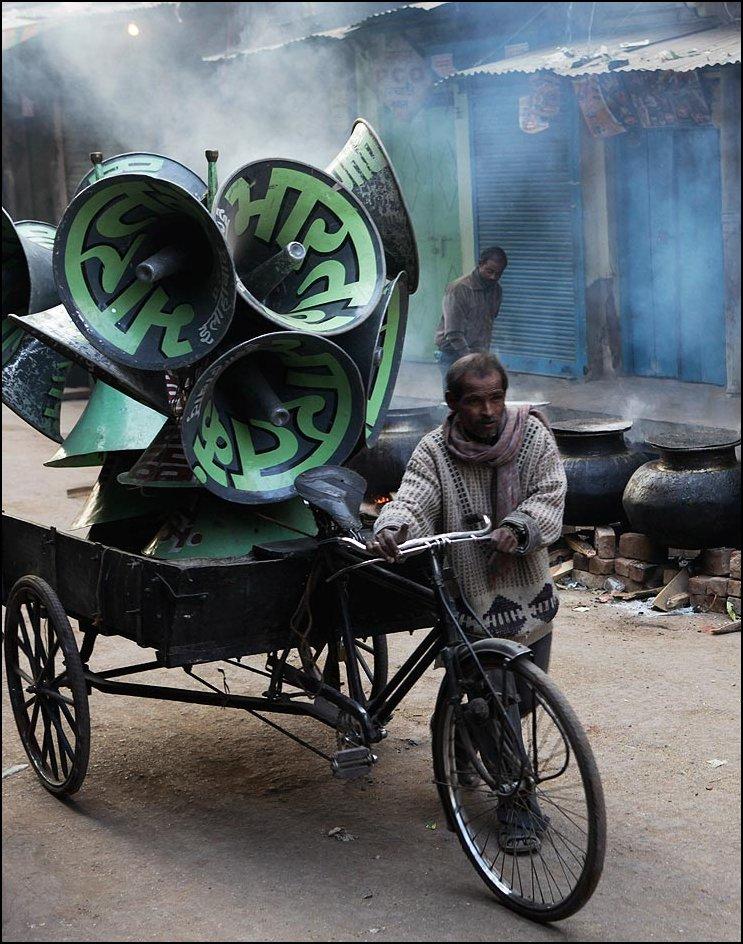 40) © AP Photo / Rajesh Kumar Singh / / pengemudi taksi India dalam becak didorong oleh pengeras suara.