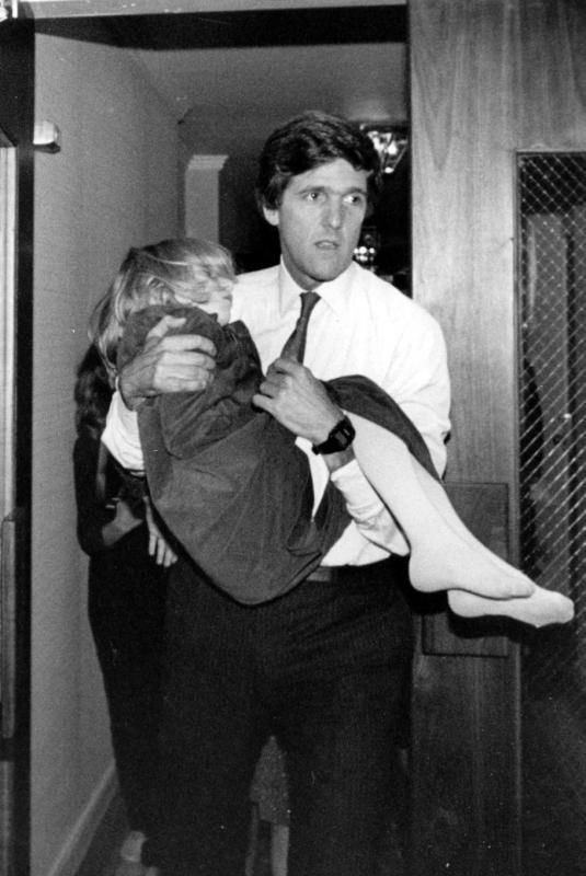 38) Кандидат от демократической партии в Сенат США Джон Керри несет свою спящую дочь 7-летнюю Ванессу в номер в отеле «Шератон-Бостон» перед произнесением речи 18 сентября 1984 года. Керри и конгрессмен Джеймс Шеннон противостояли друг другу в битве за место в Сенате США в Массачусетской баллотировке. (WHC/Randy Goodman UPI/UPI)