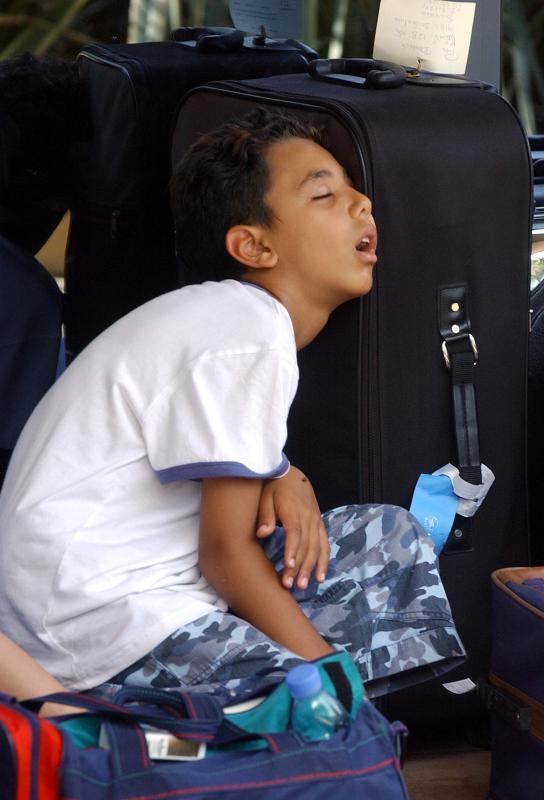 39) Маленький шведский мальчик заснул в ожидании спасателей, чтобы они эвакуировали его из центрального Бейрута 18 июля 2006 года после того, как партизаны «Хезболлы» похитили двух израильских солдат и убили еще семерых. (UPI Photo)