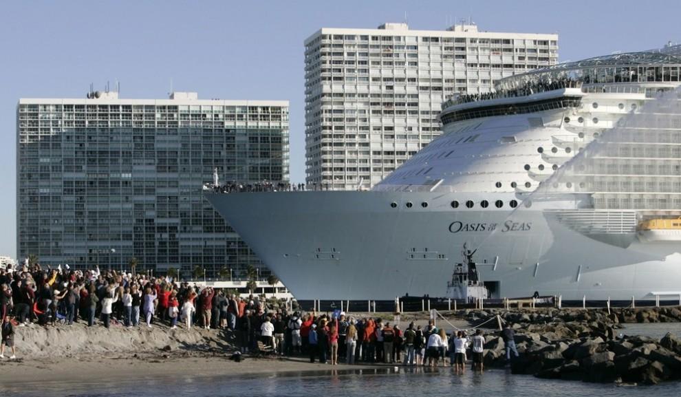 2) «Оазис морей» - крупнейший и новейший в мире круизный лайнер – плывет по подходному каналу на глазах тысячи зрителей. Судно направляется к порту Эверглейдс в Форт-Лодердейл, штат Флорида. Снимок сделан из парка в Даниа Бич, Флорида, 13 ноября 2009 года. Лайнер, строившийся в Финляндии, принадлежит компании «Royal Caribbean International». (REUTERS/Joe Skipper)