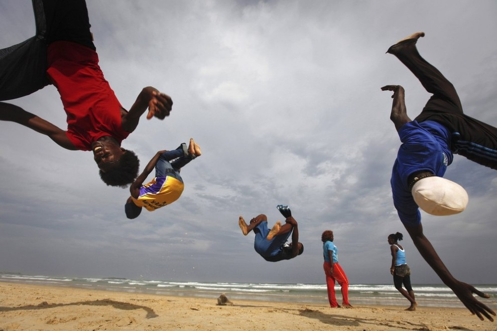 5) Участники группы «Nomad Dance» выполняют сальто во время тренировки на пляже Йофф в столице Сенегала Дакаре 14 ноября 2009 года. (REUTERS/Finbarr O'Reilly)