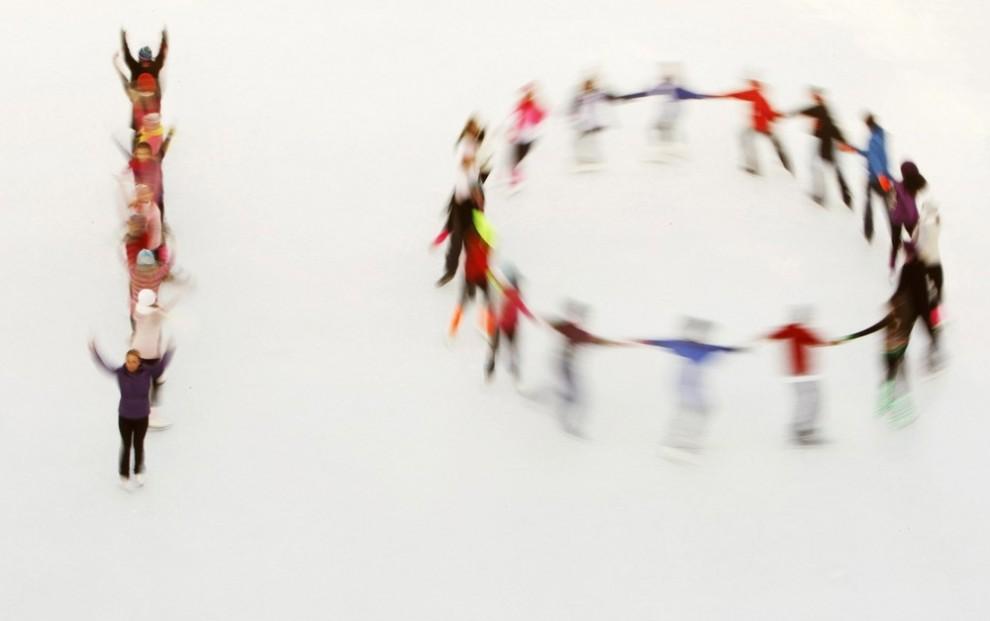 15) Конькобежцы катка «Ли Вэлли» и Олимпийская чемпионка Джейн Торвилл (впереди слева) выступают на открытии катка «Сомерсет Хаус» в Лондоне 15 ноября 2009 года. Выступающие выстроились в цифру 10, так как это 10-ый зимний сезон на катке, который открылся для публики во вторник. (REUTERS/Luke MacGregor)