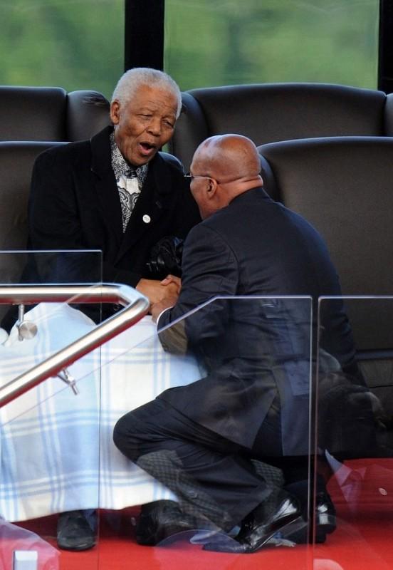 20) Новоизбранный президент Южной Африки Джейкоб Зума приветствует Нельсона Манделу во время инаугурации Зумы в здании «Union Buildings» в Претории 9 мая 2009 года. (REUTERS/Pool)