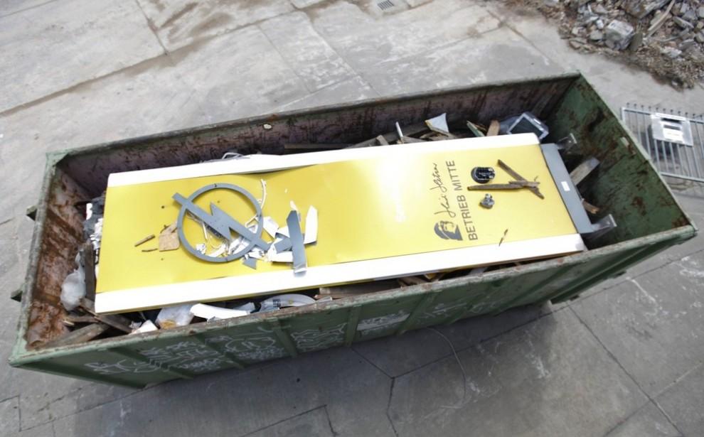 21) Уничтоженный логотип немецкого автопроизводителя «Opel» в мусорном контейнере на бывшем заводе в Берлине 27 мая 2009 года. В среду немецкое правительство должно было выбрать партнера для отделения «Opel» (американского автопроизводителя «General Motors»), а также предоставить помощь компании. (REUTERS/Pawel Kopczynski)