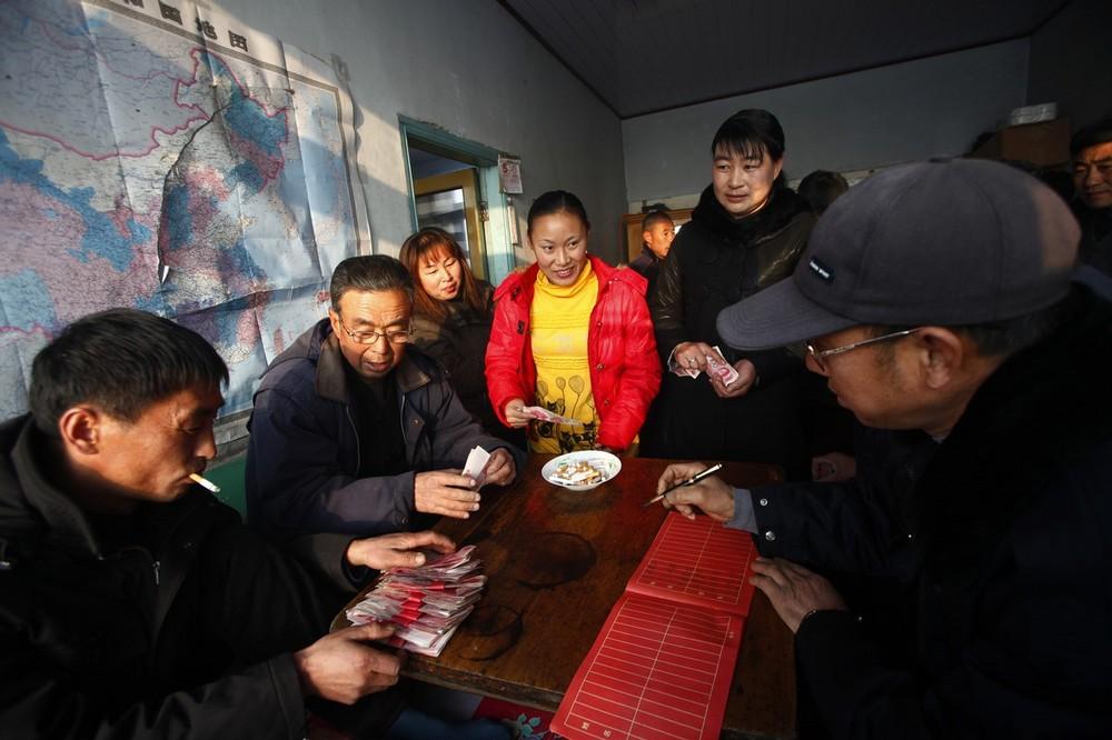 12) Члены семьи жениха готовят денежный подарок для семьи невесты. Согласно традиции родители жениха должны заплатить за невесту. Родственники Ванг Юэмина заплатили 50 тысяч юаней (7.325 долларов)
