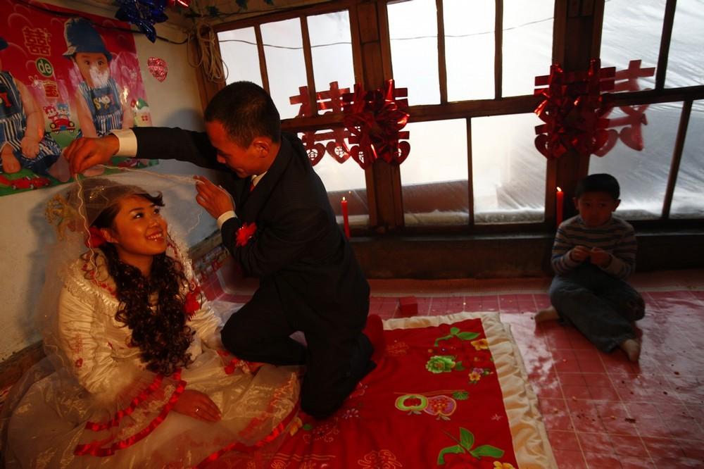11) Новобрачные в специально приготовленной для них комнате. Ванг Юэмин и Сяо Ди - крестьяне из деревни Ванцзяцунь