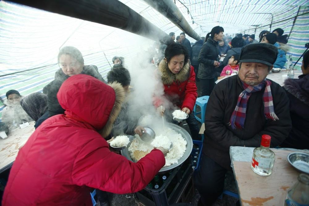 10) Гости во время свадебного обеда в деревне Ванцзяцунь.