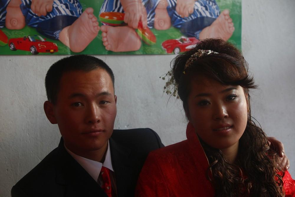 9) 19-летний жених и его 18-летняя невеста. Ранний брак - достаточно распространен в сельских районах Китая.