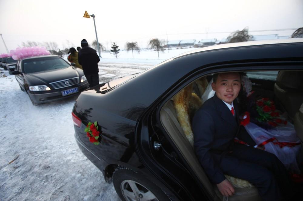 8) Жених и невеста сидят в арендованной машине. Снимок сделан 6 декабря 2006 в деревне Ванцзяцунь.