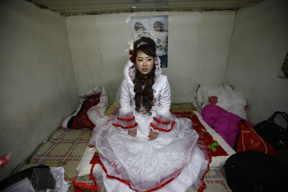7) 18-летняя невеста Сяо Ди ждет у себя дома, когда за ней приедет ее жених.