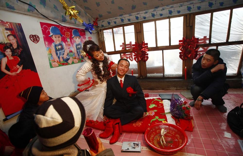 6) Ванг Юэмин и Сяо Ди в специально подготовленной для новобрачных комнате.