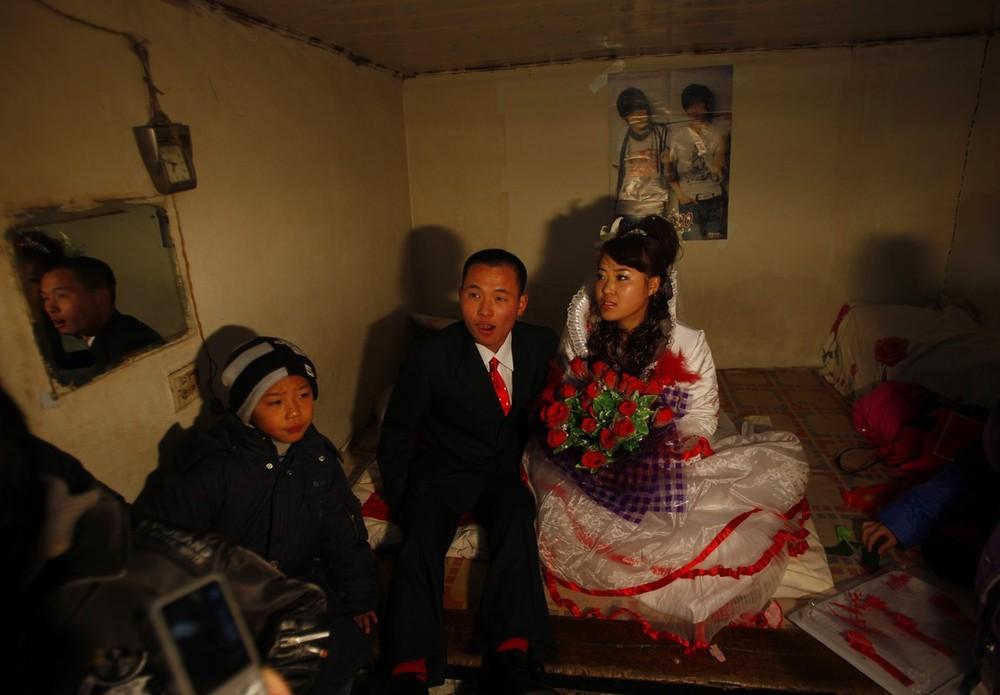 5) Жених приехал забирать свою невесту у нее дома в деревне Ванцзяцунь.