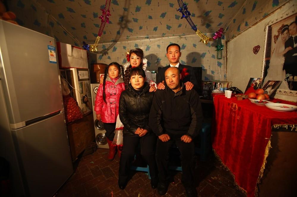 4) 19-летний жених Ванг Юэмина и 18-летняя невеста Сяо Ди вместе со своими близкими позируют для свадебного фото