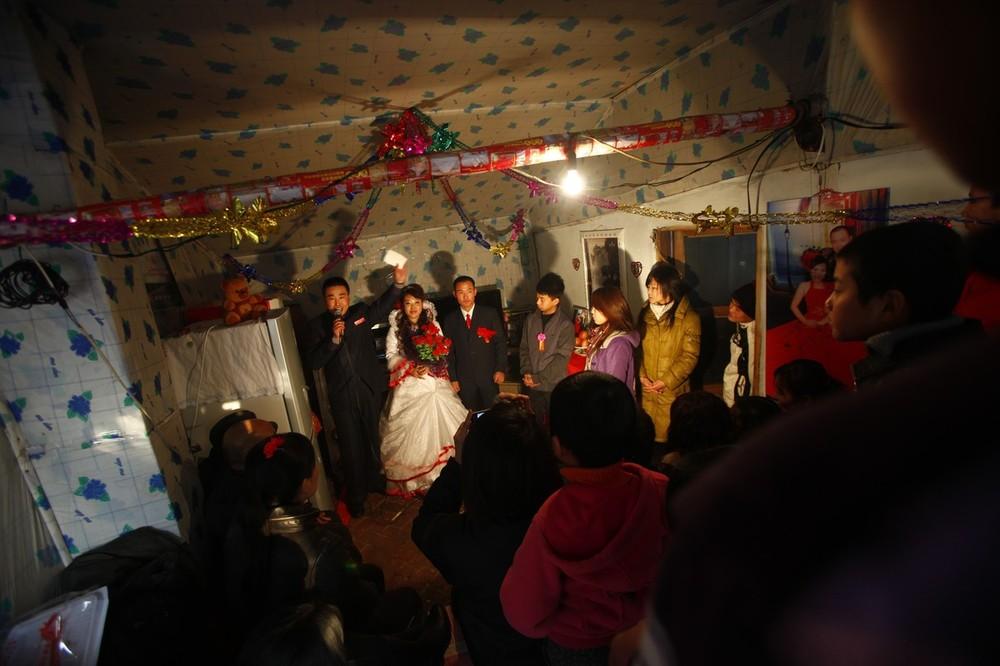 2) 1) Гости прибыли на свадьбу Ванг Юэмина и Сяо Ди. Согласно традициям празднование обычно идет три дня, прежде чем жених и невеста пройдут церемонию бракосочетания.
