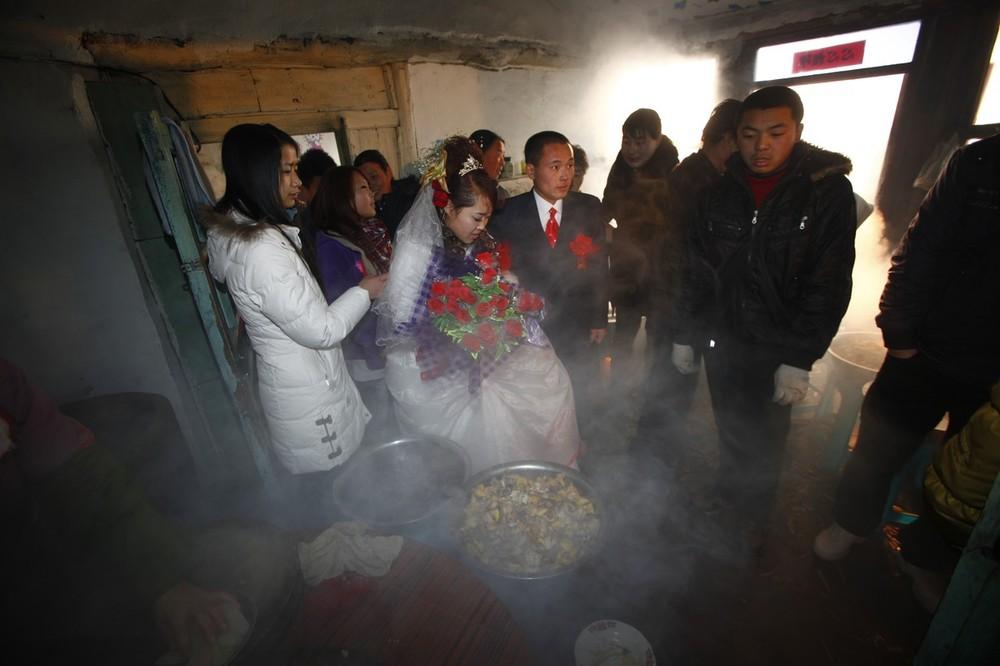 1) Гости прибыли на свадьбу Ванг Юэмина и Сяо Ди в деревне Ванцзяцунь в китайской провинции Цилинь. (Photo by China Photos/Getty Images)