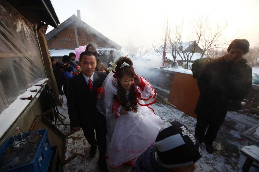 15) Жених и невеста выходят из дому невесты в деревне Ванцзяцунь