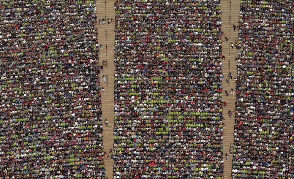 35. Вид с воздуха на зрителей на Олимпийском стадионе в Мюнхене во время футбольного матча между командами «Бавария-Мюнхен» и «Арминия Билефельд».