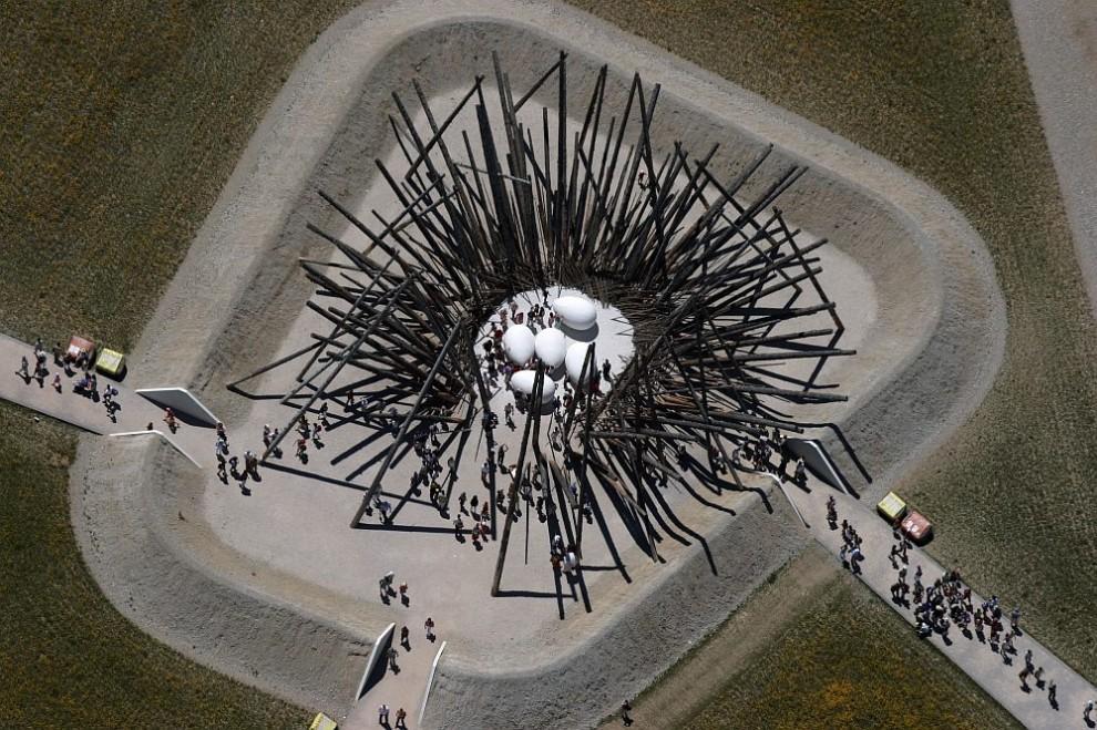 30. Вид сверху на инсталляцию «В гнезде», спроектированную Нильсом Удо, на которую пришло посмотреть множество людей.