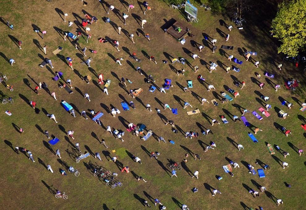 26. Вид с воздуха на любителей спорта, занимающихся в Вэстпарке в Мюнхене.