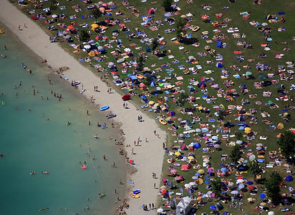 25. Вид с воздуха на пляж у Мосбург-на-Изаре солнечным воскресным днем в июле 2006 года.