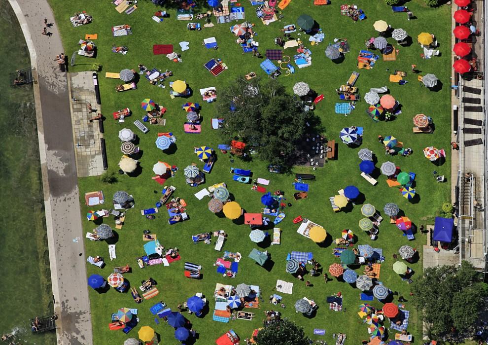 18. Вид с воздуха на парк у крытого бассейна у озера Штарнберг в одноименном городе.