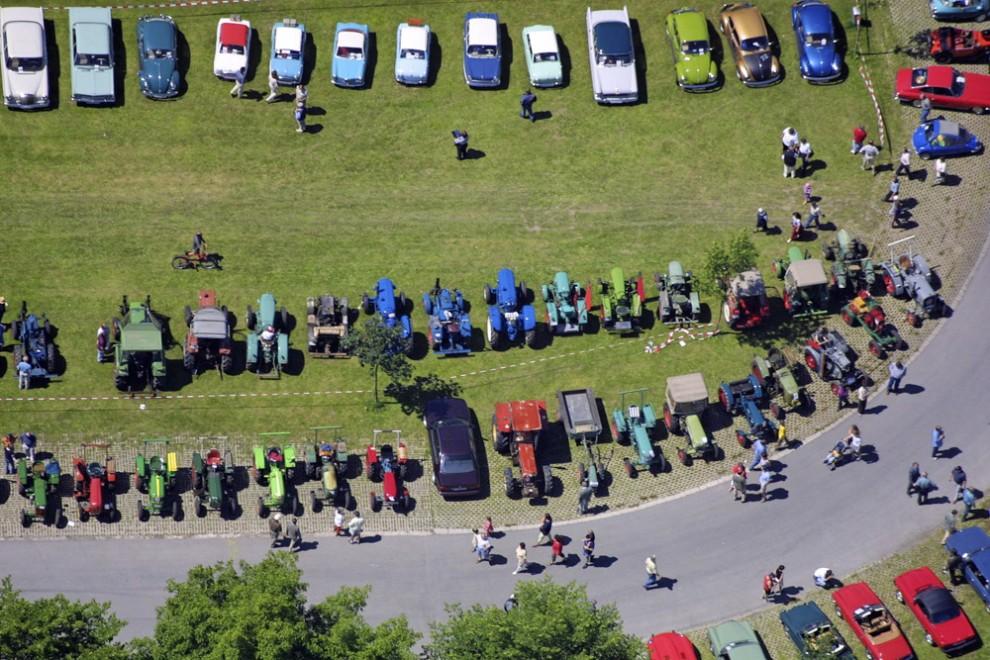 14. Вид с воздуха на выставку ретромобилей в Фильсбибурге. На выставке на всеобщее обозрение были выставлены тракторы и легковые автомобили.